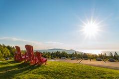 Rote Stühle von Butland-lookoff mit einer schönen Ansicht von Fundy stockbild