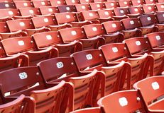 Rote Stadion-Stühle Lizenzfreie Stockfotografie