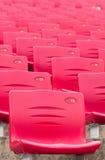 Rote Stadion-Stühle Stockbild