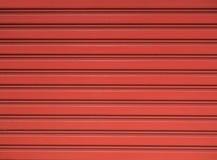 Rote Stahlrollenfensterladentür Stockfotos