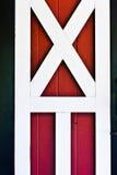 Rote Stalltür mit weißem trime Stockbilder