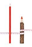 Rote starke und dünne Bleistifte mit Tabellierprogramm Stockbild