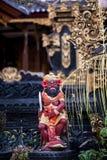 Rote Steinstatue von Bali, Indonesien stockbilder