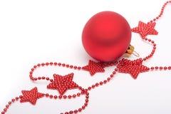 Rote Sterne und Weihnachtsflitter Stockfoto