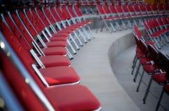 Rote Stühle in den Reihen Stockbilder