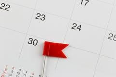 Rote Stifte setzten auf den Kalender neben der Anzahl von dreißig i Lizenzfreie Stockfotos