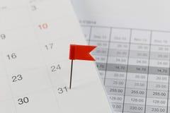 Rote Stifte zu den Wildkatzen auf dem Kalender neben dem Zahlende von Th Lizenzfreie Stockfotografie