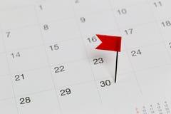 Rote Stifte zu den Wildkatzen auf dem Kalender neben dem Zahlende von Th Lizenzfreies Stockbild