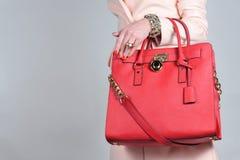 Rote stilvolle bezaubernde weibliche Ledertasche auf reinem Hintergrund Stockbilder