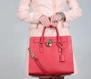 Rote stilvolle bezaubernde weibliche Ledertasche auf reinem Hintergrund Stockfotografie
