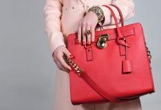Rote stilvolle bezaubernde weibliche Ledertasche auf reinem Hintergrund Lizenzfreie Stockfotografie