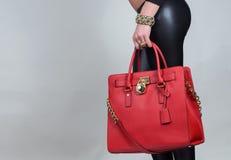 Rote stilvolle bezaubernde weibliche Ledertasche auf reinem Hintergrund Lizenzfreie Stockfotos