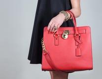 Rote stilvolle bezaubernde weibliche Ledertasche auf reinem Hintergrund Stockfotos