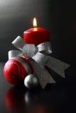 Rote stilvolle Weihnachtskerze Stockfoto