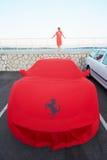 Rote Stoffabdeckung Ferraris am Hafen, Cannes Stockbilder