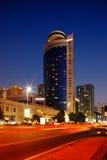 Rote Straße kontrastiert zum blauen Himmel in diesem Abu Dhabi Stockbilder