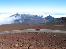 Rote Straße zum Vulkan Stockfotos