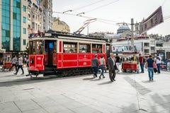 Rote Straßenbahn auf dem Taksim-Quadrat in Istanbul, die Türkei Stockfoto