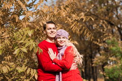 Rote Strickjacke, lila Hut, Abschluss oben, Umarmung, Herbst Stockfotografie