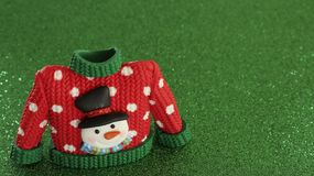 Rote Strickjacke mit grünen Kragen- und Ärmelstulpen stockfotos