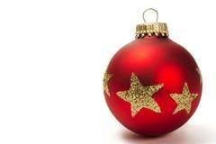 Rote stumpfe Weihnachtskugel mit goldenem Funkeln stars Stockfotografie