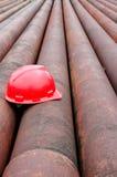 Rote Sturzhelme der Bergmänner und des Eisenrohres Lizenzfreie Stockbilder