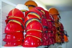 Rote Sturzhelme in einem Baumaterialspeicher Stockfoto