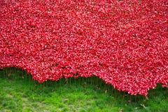 Rote symbolische keramische Mohnblumen - Tower von London Stockbilder