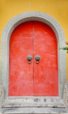 Rote Tür in China stockfotos