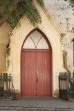 Rote Tür in der alten lutherischen Kirche Lizenzfreie Stockfotografie
