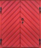 Rote Tür der alten Weinlese mit schönen Möbeln Stockbild