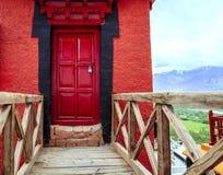 Rote Tür an einem Kloster Stockbilder