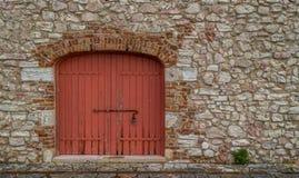Rote Tür einer alten Scheune lizenzfreies stockfoto