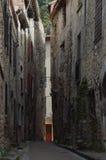 Rote Tür in einer schmalen Gasse Stockbild
