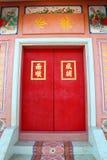 Rote Tür im chinesischen Schrein Stockbild