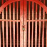 Rote Tür ist verschlossen lizenzfreies stockbild