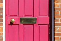 Rote Tür mit Bronzetürgriff Lizenzfreies Stockbild