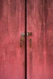 Rote Tür mit dem Verschluss Stockfotos