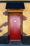 Rote Tür mit Kabinendach stockbild