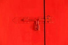 Rote Tür mit Schraube stockbild
