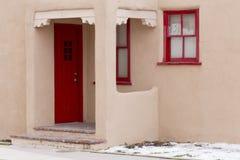 Rote Tür und rote Fenster-Rahmen in im Stadtzentrum gelegener Santa Fe, New Mexiko Stockfotos
