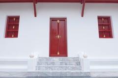 Rote Tür und Fenster- und Marmorjobstep lizenzfreies stockbild