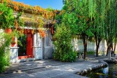 Rote Türen, die in Hof des chinesischen Hauses, Dali Old Town führen Stockfotos