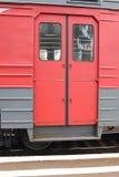 Rote Türen eines Wagens eines elektrischen Zugs an der Plattform Stockfotografie