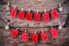 Rote Tags mit Joyeux Noel Lizenzfreie Stockfotografie