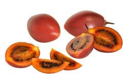 Rote Tamarillofrucht mit Querschnitten Stockbilder