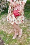 Rote Tasche der Nahaufnahme in den Händen der Frau auf der Straße Stockbilder