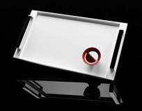 Rote Tasse Tee auf einem weißen Tellersegment Stockfotos
