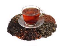 Rote Tees und sortiertes Teeblatt Lizenzfreie Stockfotos