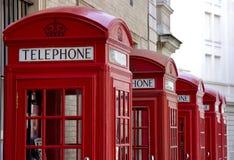 Rote Telefonstände Stockbild